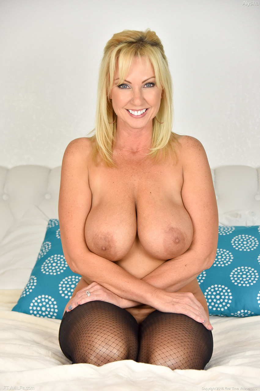 Huge tits MILF Alysha spreads and prolapses her anus