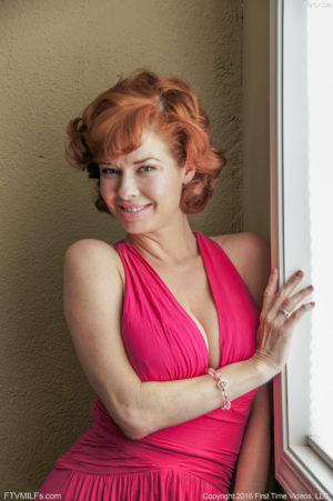 Lovely redhead Veronica looking like Marilyn Monroe fingering her tight twat outside