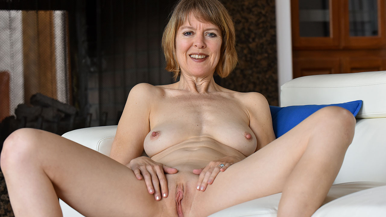 Hot over 40 MILF Jamie spreads her amazing pussy and plays for us